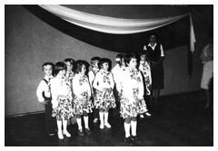Zdjęcie nr 3 z historii przedszkola - grupa dzieci na scenie