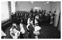 Zdjęcie nr 5 z historii przedszkola - grupa dzieci tańczy
